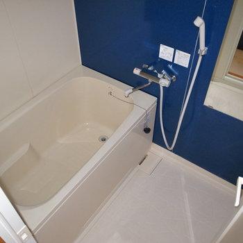 お風呂の壁もブルーなんです。 ※フラッシュを仕様しています。
