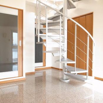 【洋室】しっかりした螺旋階段なので上り下りしやすかったです。では上へ。