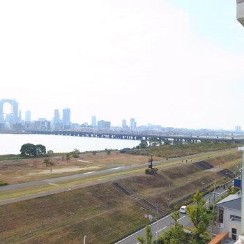 右斜めには、近くに阪急電車の線路が見えます。