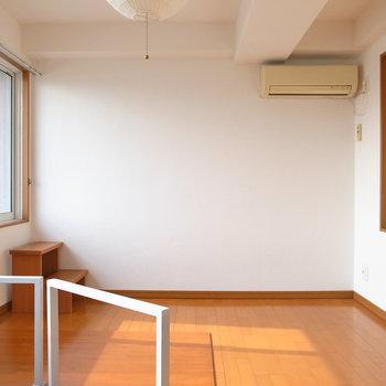 【ロフト】寝室にぴったりの広さ!エアコンもありますね。そして踏み台も。