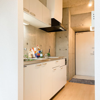 ホワイトのキッチンがお部屋にスッと溶け込んでいます。(※家具や小物はサンプルです。インテリアの参考にどうぞ。)