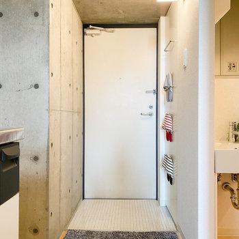 玄関までもかっこいい◎ (※家具や小物はサンプルです。インテリアの参考にどうぞ。)
