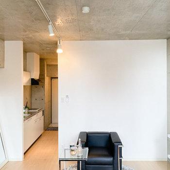 あえて、ドアをつくらず、シームレスな空間がいい。(※家具や小物はサンプルです。インテリアの参考にどうぞ。)