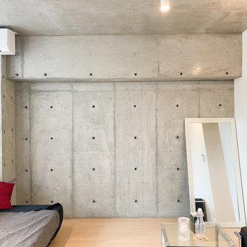コンクリート打ちっぱなしが◎ (※家具や小物はサンプルです。インテリアの参考にどうぞ。)