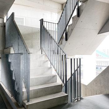目の前には、スタイリッシュな階段!