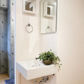ミニマルなデザインの洗面台◎ (※家具や小物はサンプルです。インテリアの参考にどうぞ。)