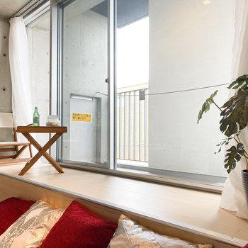 窓辺で涼むのも悪くないかも。(※家具や小物はサンプルです。インテリアの参考にどうぞ。)