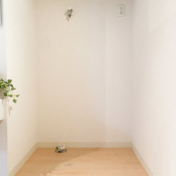 洗面台には洗濯機置き場があります。(※家具や小物はサンプルです。インテリアの参考にどうぞ。)