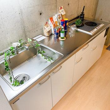 二口IHコンロと広々な調理スペースで、料理も楽にできそう。(※家具や小物はサンプルです。インテリアの参考にどうぞ。)