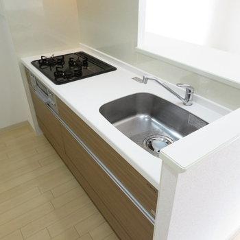 3口コンロの広々システムキッチン(※写真は1階の同間取り別部屋のものです)