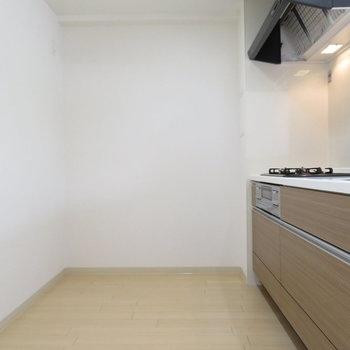 キッチン後ろが広いですね(※写真は1階の同間取り別部屋のものです)