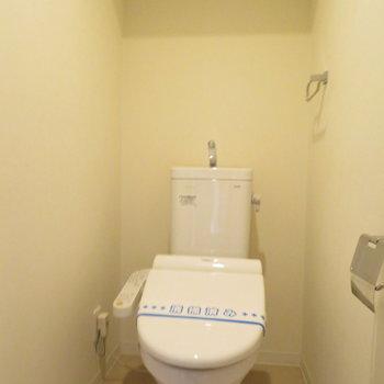 トイレはもちろん温水洗浄便座(※写真は1階の同間取り別部屋のものです)