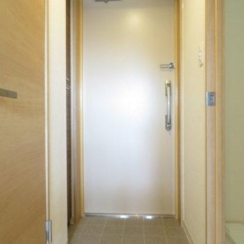 玄関スペースはそれなりに(※写真は8階の反転間取り別部屋のものです)