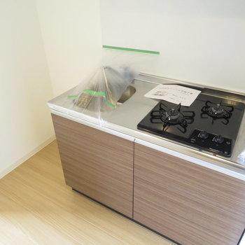 キッチン横には冷蔵庫スペース(※写真は8階の反転間取り別部屋のものです)