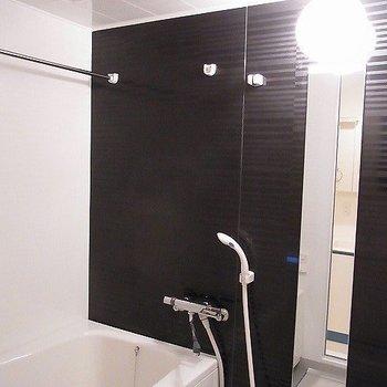 浴室乾燥機付きで雨の日も洗濯物に困りません(※写真は5階の同間取り別部屋のものです)
