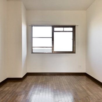 洋室もありますよ!窓だって付いてます。