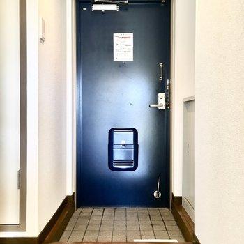 深いブルーのドアがアクセントに。