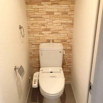 トイレはウォシュレット付き。こちらはレンガ柄。