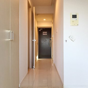 廊下は床の色がちょっと変わっているんです。