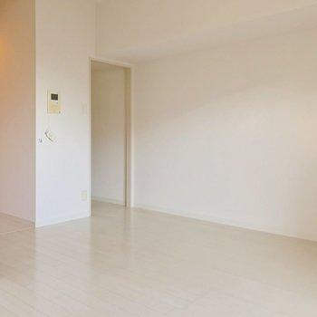 キッチンは奥のスペースに!入り口を好きな布で仕切ってもいいですね。
