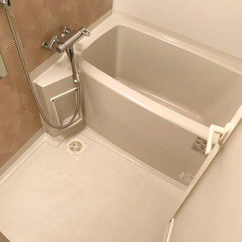 お風呂にも落ち着いたクロス。サーモ水栓で温度調節も簡単です。