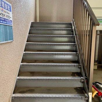 お部屋までは階段。普段の荷物なら通りやすい幅です。