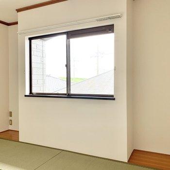 【和室約6帖】窓際の窪みに間接照明を置くと、モダンな雰囲気になりますよ。