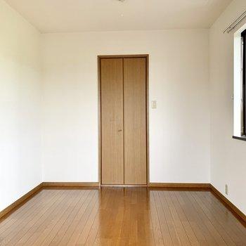 【洋室約7.5帖】デスクや棚もゆったり置ける広さ。