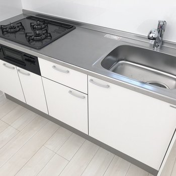 【LDK】グリル付き3口の充実したキッチンです。