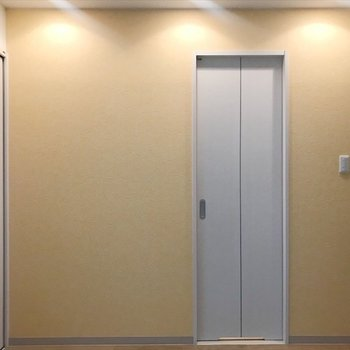 水回りスペースの壁はやさしいオレンジの漆喰。