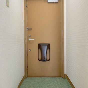 玄関はキッチンの横のドアから。しっかり区切られています◎