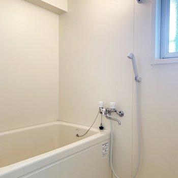 お風呂はシンプルですが、窓が付いてます。