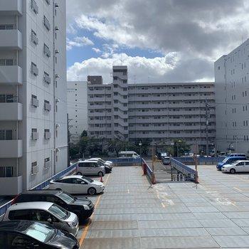 眺望駐車場とマンションですが、空間が開けていて日当たり抜群◎