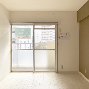 LDKお隣の洋室も南向きで明るいお部屋。