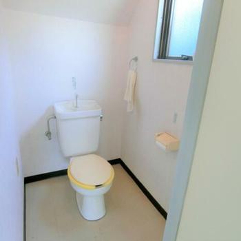 トイレも白くて清潔感ある◎