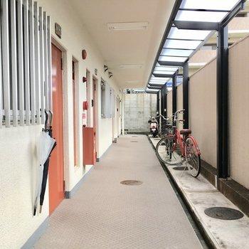 共用部】駐輪場は玄関前です。