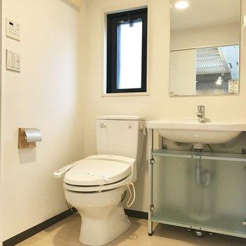 洗面脱衣所にはトイレもあります。小窓つき!