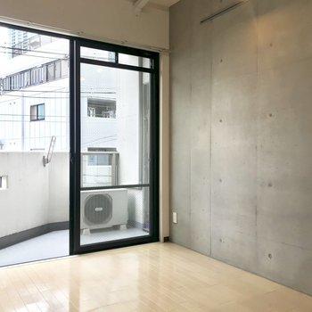 コンクリート打ちっ放しの壁とモノクロ調の組み合わせ。ダクトレールもあります。