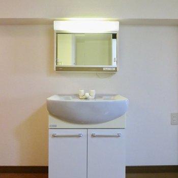 独立洗面台があるので、朝の準備も楽ちんです