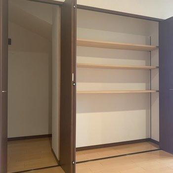 【洋室】大容量の収納スペース。(※写真は1階の反転間取り別部屋のものです)