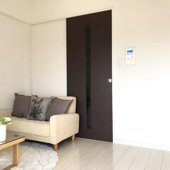 シンプルなのでどんな家具とも相性良いですね◎(※写真は5階の同間取り別部屋、モデルルームのものです)