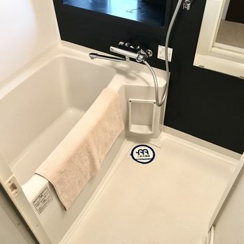 使いやすいお風呂!窓辺にアヒルさん置きたい・・・笑(※写真は5階の同間取り別部屋、モデルルームのものです)