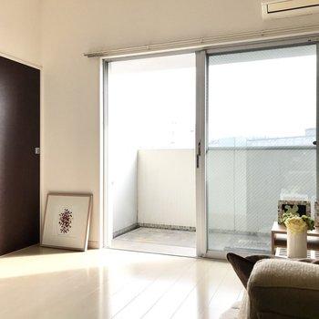 斜めから温かい光が差し込みます。 (※写真は5階の同間取り別部屋、モデルルームのものです)