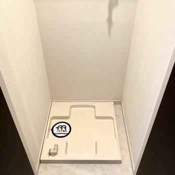 洗濯パンは玄関手前に。扉付きだし上部収納もありますよー!(※写真は5階の同間取り別部屋、モデルルームのものです)