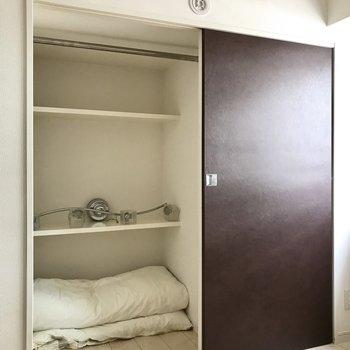 こっちも収納が!右側は壁です。(※写真は5階の同間取り別部屋、モデルルームのものです)
