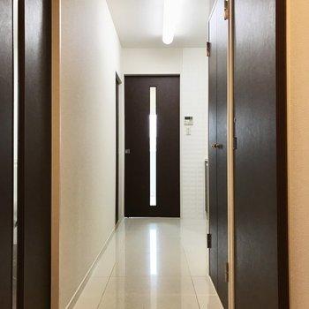 廊下も奥行あるので玄関からキッチンが見えにくくなっています◎(※写真は5階の同間取り別部屋、モデルルームのものです)