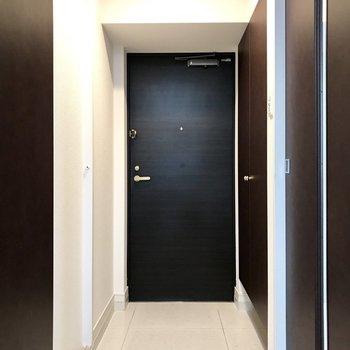スクエアな玄関はお部屋にぴったり!(※写真は5階の同間取り別部屋、モデルルームのものです)