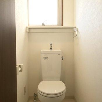 トイレの棚には、小さな小物も置けますね