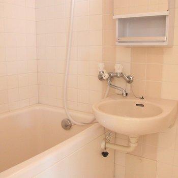 洗面台はお風呂と一体タイプですが、棚と鏡も付いて機能的。※写真は3階の同間取り別部屋のものです