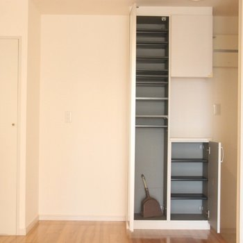 キッチン横の収納と、玄関前の靴箱。扉には姿見も。※写真は3階の同間取り別部屋のものです